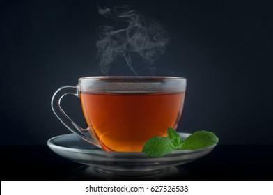 Tee mit Minze auf schwarzem Hintergrund.