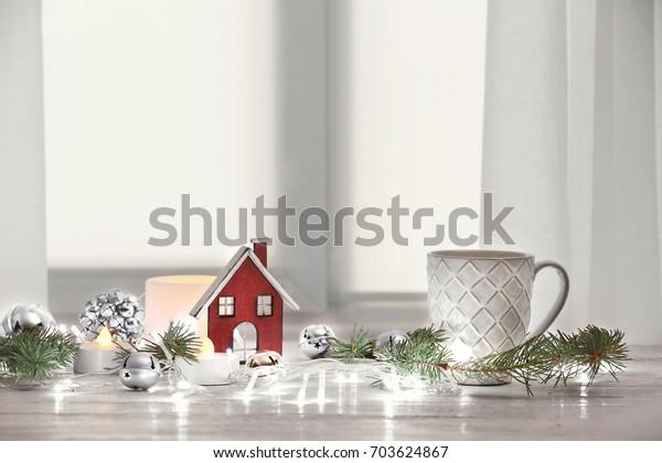 お茶とトレンディーなクリスマスインテリアをテーブルに飾る