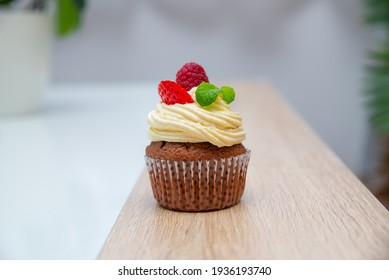 Cupcake with raspberries and chocolate