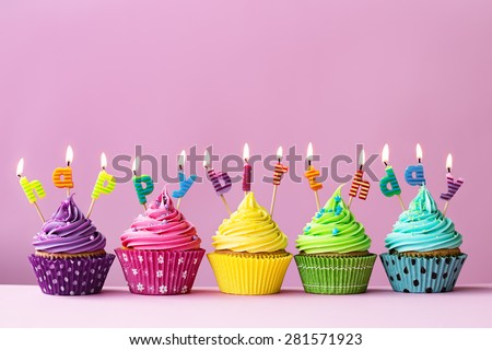 cupcakes candles spelling words happy birthday の写真素材 今すぐ