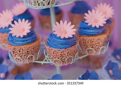 Cupcakes with a flower in shades of purple and pink.