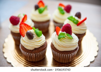 Cupcakes with raspberries and chocolate