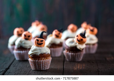 Cupcakes with white chocolate and orange pumpkins
