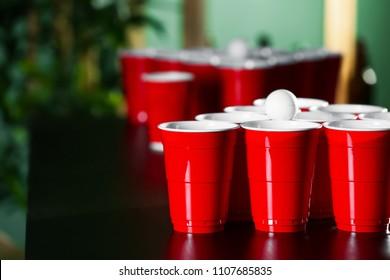 Game beer pong on wooden table stockfoto jetzt bearbeiten