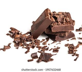 Boucles et morceaux de chocolat savoureux sur une table blanche