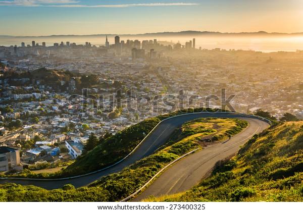 カリフォルニア州サンフランシスコのツインピークスから日の出と共に街の曲がった道と景色。