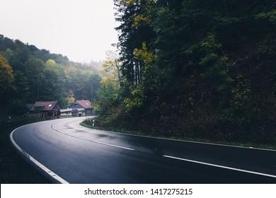 森を通って山を登る曲がりくねった湿った道