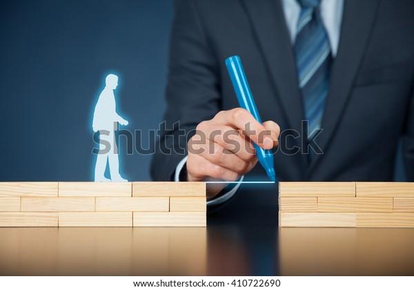 Assistenza clienti e supporto (aiuto) e concetto di assicurazione sulla vita. Uomo d'affari che rappresenta l'azienda aiuta (supporto) cliente (cliente) a superare un ostacolo. Risoluzione dei problemi con soluzioni semplici.