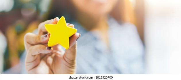 Kundenerlebniskonzept, Beste exzellente Dienstleistungen für die Zufriedenheit, die von Hand des Kunden mit einem Star Rating.Woman geben Star Feedback.Kunden wählen Zufriedenheitsbewertung.Kundenservice.