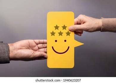 Konzept der Kundenerfahrung. Guter Kunde, der einem Geschäftsmann ein Fünf-Sterne-Rating und ein Lächeln-Gefechtsgefühl auf der Bubble Speech Card gibt. Positive Überprüfung. Umfrage zur Zufriedenheit. Bester Top-Score