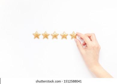 Feedback-Konzept für Kundenzufriedenheit Golden fünf Sterne, beste Dienstleistungsbewertung mit der Hand für Zufriedenheit einzeln auf weißem Hintergrund. Draufsicht, Kopienraum für Ihren Text