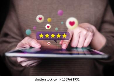 Konzept des Kunden Nahaufnahme von Frauen, die digitale Tablet verwenden, um Feedback über das Internet zu geben. Positive Überprüfung. Befragungen zur Kundenzufriedenheit. Vorderansicht