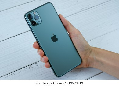 Apple Iphone 11 Images Stock Photos Vectors Shutterstock