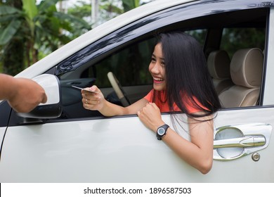 customer paying for her ride using credit card