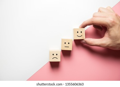 Kundenbewertungen mit Happy Icon auf rosafarbenem Hintergrund, Umfrage Konzept der Kundenzufriedenheit, Kopienraum.