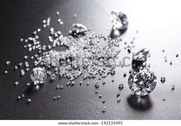 бриллианты огранки на блестящей черной поверхности