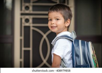 Bonito 3 anos de idade mista raça asiática menino caucasiano com confiança deixa casa para seu primeiro dia na pré-escola
