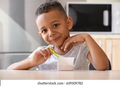 Top 4.191 hình ảnh về trẻ em ăn sữa chua, chùm ảnh được chọn lọc rất đáng yêu và ngộ nghĩnh
