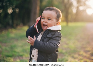 Cute African American Boy spielt mit dem Handy