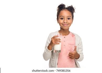 dễ thương người Mỹ châu Phi trẻ em uống sữa và hiển thị ngón tay cái lên bị cô lập trên trắng