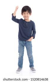 Cute-Asian-Kind mit Siegeszeichen auf weißem Hintergrund einzeln
