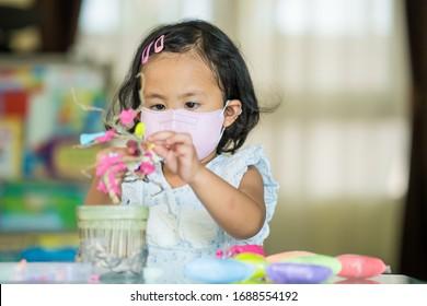 Das süße asiatische Mädchen spielt im Kindergarten.