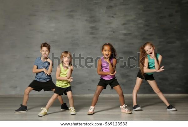 Enfants mignons et drôles en studio de danse