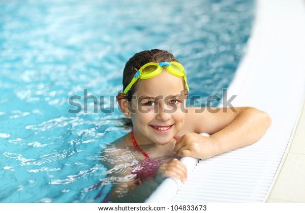 Cute Girl mit Brille im Schwimmbad