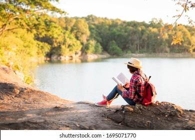 Cute Mädchen liest ein Buch.