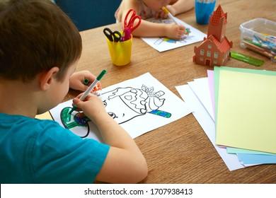 süße Kinder machen zu Hause Kunst und Handwerk