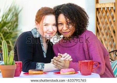 musta ja valkoinen lesbo pari