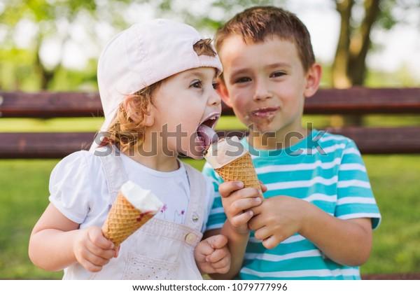 かわいい子は妹とアイスクリームを分け合う」の写真素材(今すぐ編集 ...