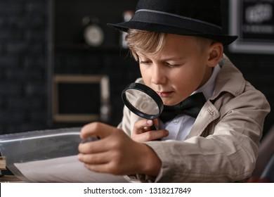 Geradliniger Detektiv mit Beweismaterial am Tisch
