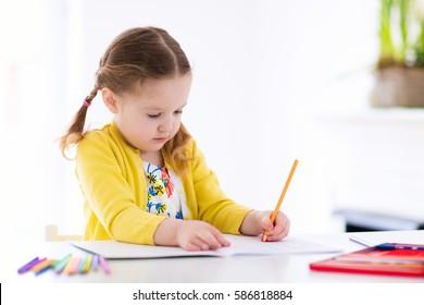 Cute Little Girl Doing Homework Reading Stockfoto Jetzt Bearbeiten
