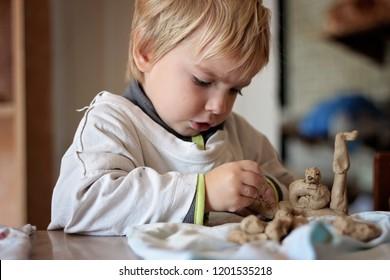 Πέντε φωτογραφίες σχετικές με υλικά ζωγραφικής Cute-little-kid-playing-modeling-260nw-1201535218