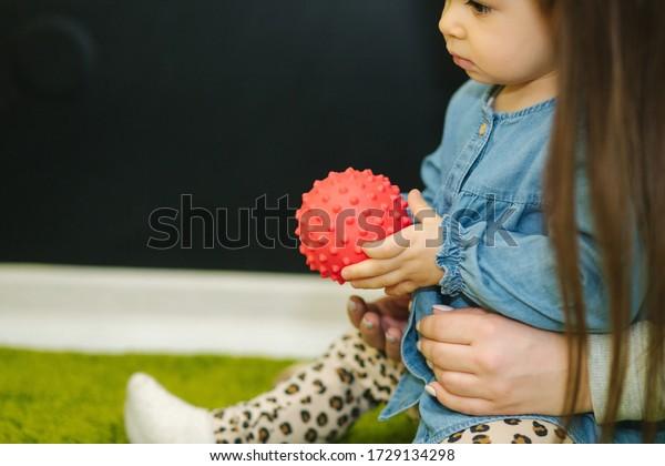 Niños pequeños en guardería juegan con bolas y sonrisa