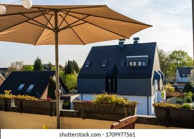 Cute private Home Balkon mit Dekoration und offener Sonnenschirm für Schatten bei sonnigem Sommerwetter