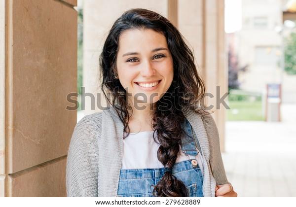 carino studente ragazza con treccia sorridente a si