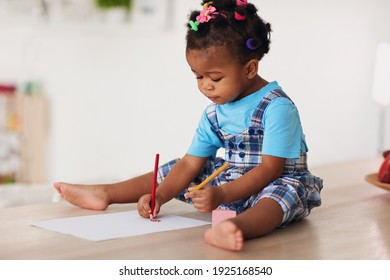 süßes Kleinkind, mit beiden Händen mit Bleistiften zeichnen