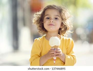 Những hình ảnh không thể đáng yêu hơn về chủ đề trẻ em ăn kem ốc quế, down ngay giá rẻ nhất