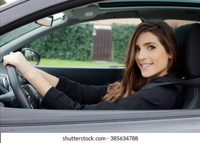 Bonito jovem senhora feliz condução carro