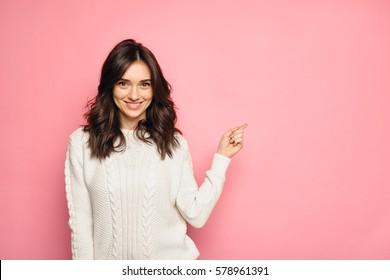 Une jolie jeune femme pointe un doigt d'honneur