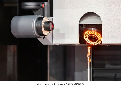 cutting drill bit assembly with chuck or tool holder setting on tool presetting and measuring machine for inspection dimension shape appearance runout etc before use with cnc machining center