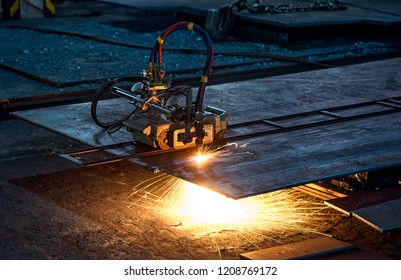 The cutting machine is cutting the steel plate.