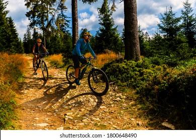 Radfahrerinnen und -männer auf der Waldkies-Straße auf dem Fahrrad. Mehrere Radfahrer MTB Enduro-Flussweg. Sportliche Aktivitäten im Freien.