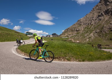 Cyclist Climbing Pordoi Pass Dolomites Als Cycling Mountains