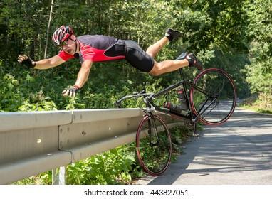 Der Radfahrer fällt vom Fahrrad in Büsche. Unfall auf der Straße. Fahrradfahrer fallen vom Rad ins Gras. Fahrradunfall beim Herabfallen durch Straßensperren. Unfall Mann im Sport.