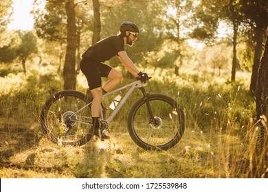 Radfahrer, der auf einem Berg Mountainbike fährt.