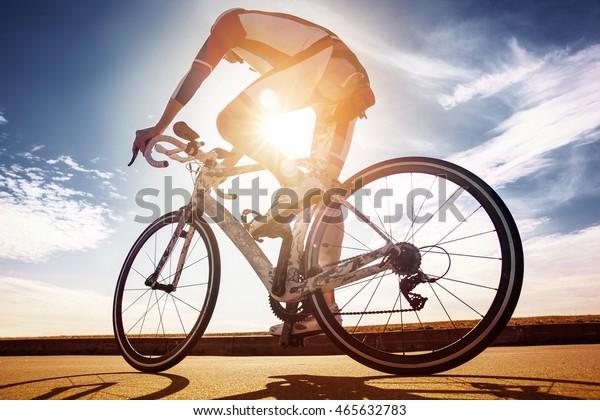 Radfahrer in der Sonne. Rennsieger