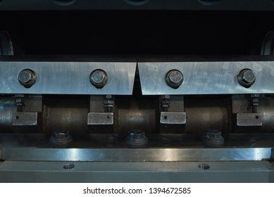 Cylindrical rotor with steel knives for a shredder designed to grind polymer ingots